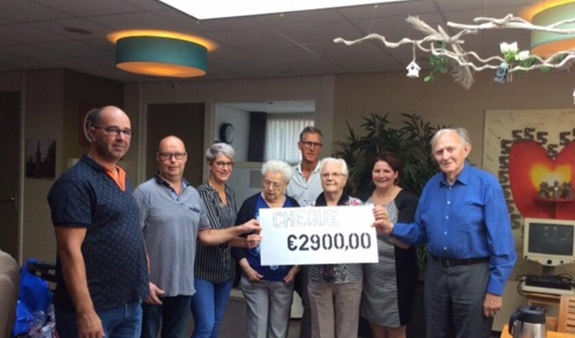 Avontuurlijke rally levert 2.900 euro op voor Hapse ouderen.