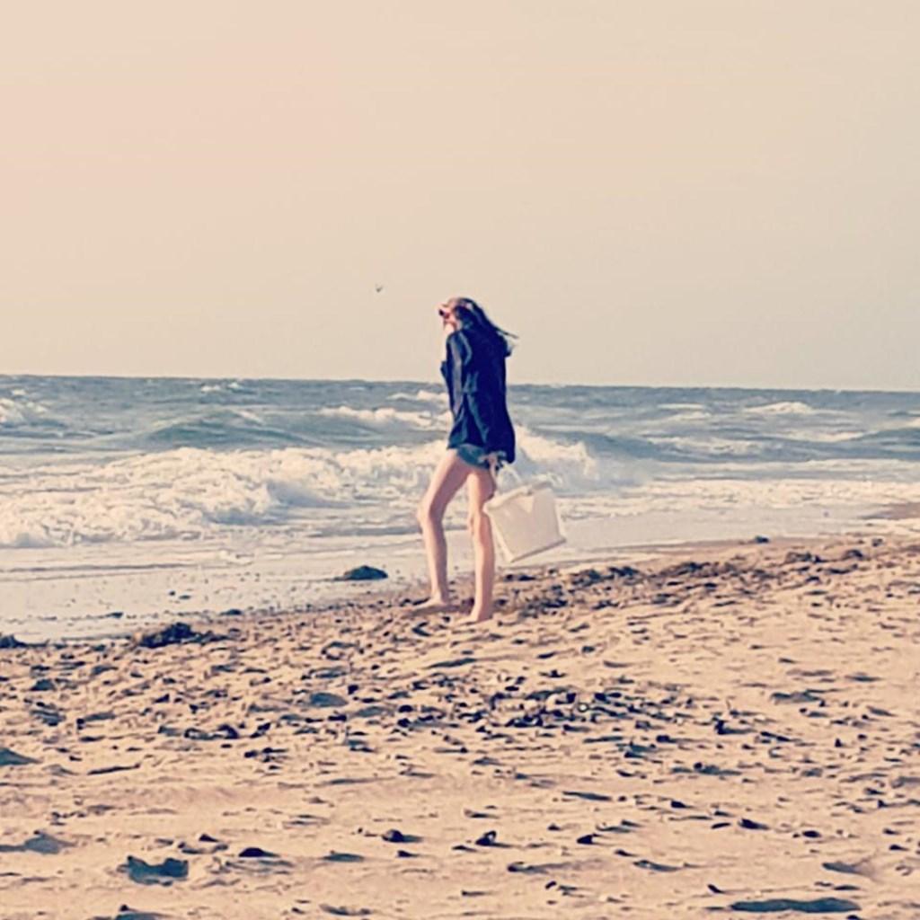 Hoor je de zee al? Bianca ten Heuvelhof is hier op het strand van Callasansoog. © Kliknieuws Uden