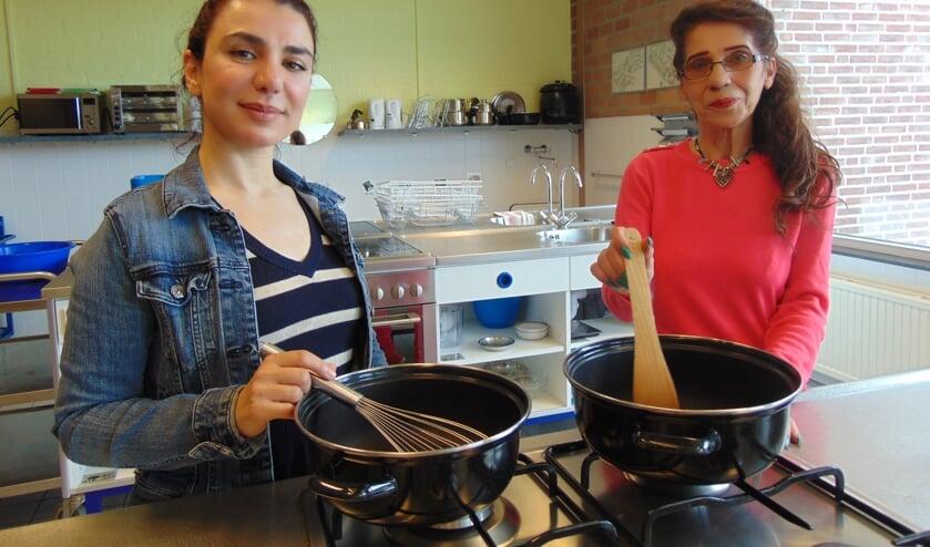 Elham (links) en Silvana heten iedereen van harte welkom.