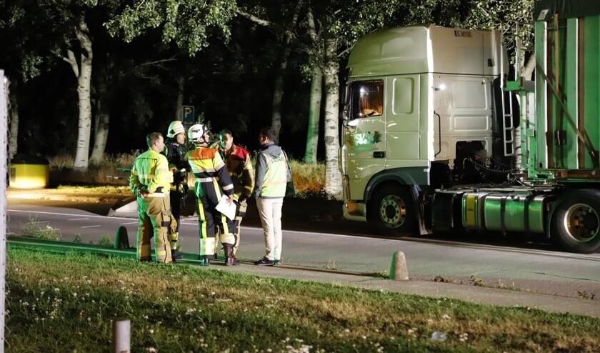 Vrachtwagen lekt vloeistoffen naast A73, parkeerplaats tijdelijk dicht.