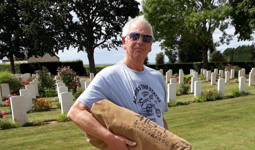 Jacques Verstappe bij het graf.