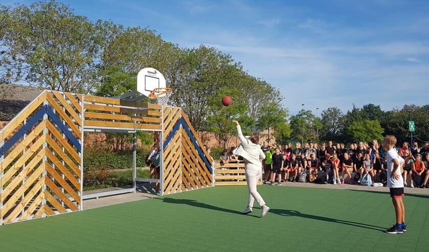 Wethouder Coby van der Pas opende het nieuwe schoolplein van het Zwijsen College.