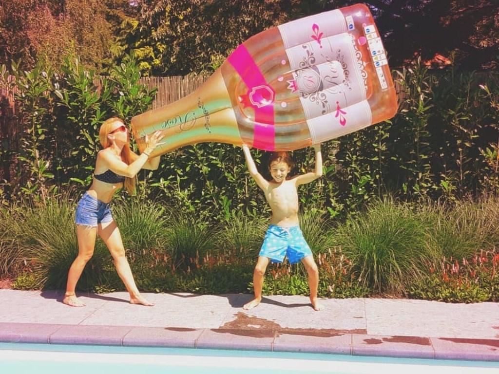 """Marieke Franssen: """"Gewoon in Uden zelf vakantie gevierd! Want met zon en een goede fles hoef je nergens anders opzoek naar een fijne vakantie."""" © Kliknieuws Uden"""