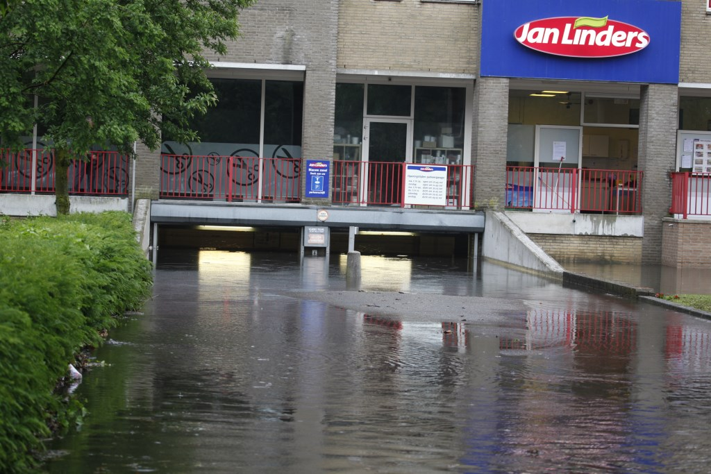In 2016 liep onder meer de parkeergarage van de toenmalige Jan Linders-supermarkt volledig onder water   © Kliknieuws De Maas Driehoek