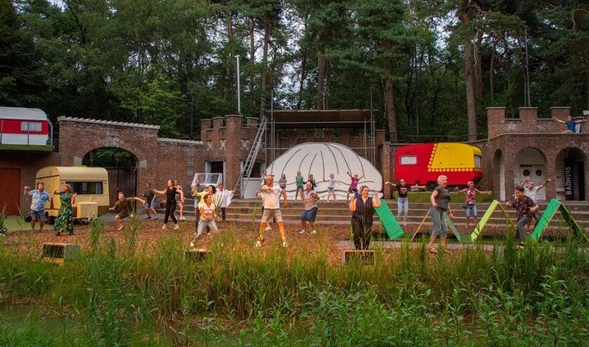 Op de camping in het Kersouwebos ontmoeten sprookjesfiguren elkaar.