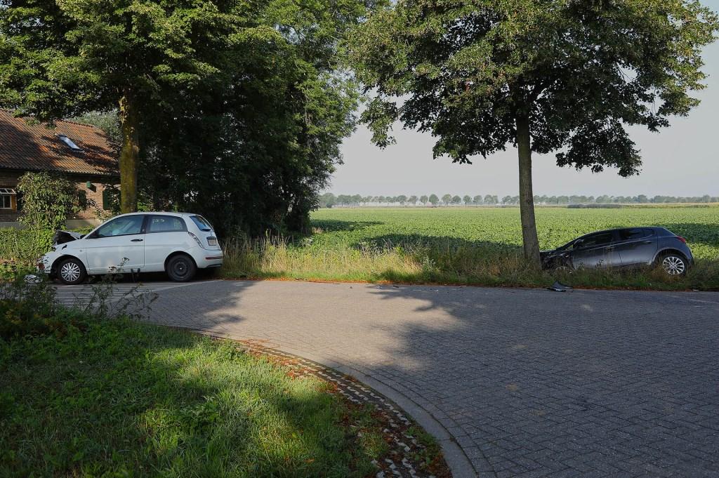 Auto rijdt na botsing de sloot in op Harenseweg. (Foto: Gabor Heeres / Foto Mallo)  © Kliknieuws Oss