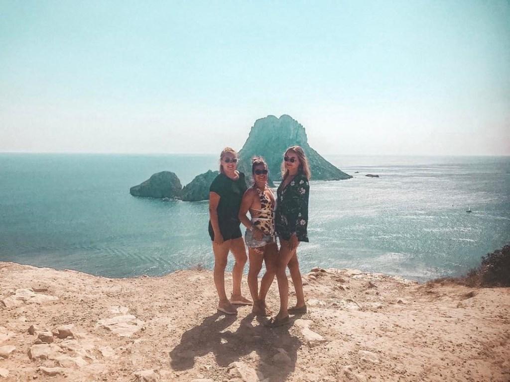 """Denise van Elen was met haar vriendinnen Roos en Esmy in Ibiza. """"Dit is bij de magische rots Es Vedra"""", schrijft ze. © Kliknieuws Uden"""