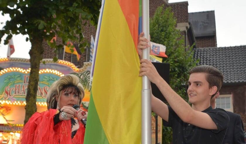 Tijdens Pink Friday op de kermis in Uden werd de regenboogvlag gehesen. Liz Richards, First Lady van de Mega Kermis Uden, nam samen met Simon van Ieperen de taak op zich. (foto: Henk Lunenburg)