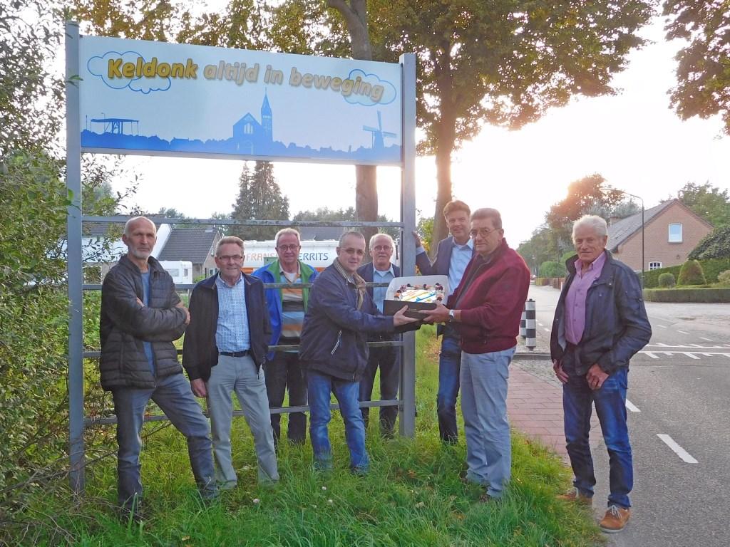 Ondernemersvoorzitter Rien van den Boom had voor de gelegenheid een speciale taart laten maken die hij de aanwezigen aanbood.  © Kliknieuws Veghel