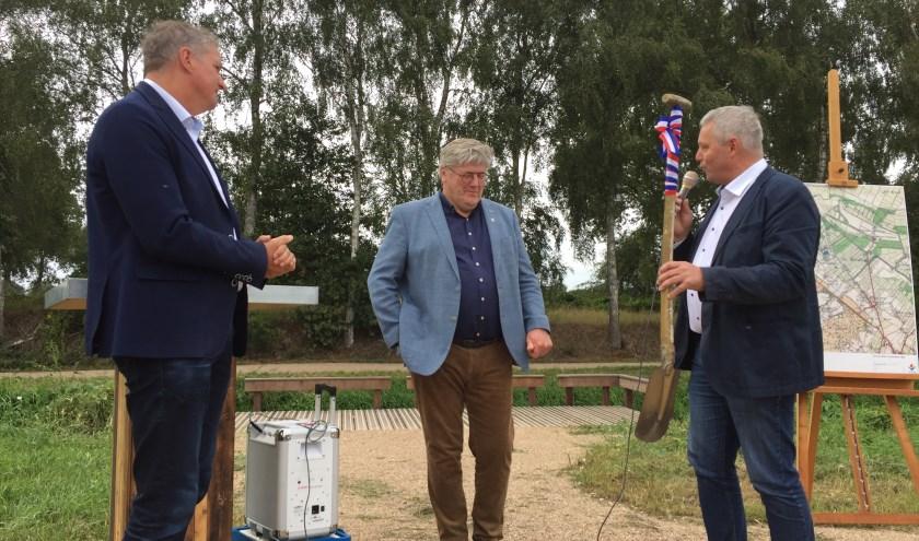Ernest de Groot (Aa en Maas, links) en Jos van den Boogaart (gemeente Mill, rechts) overhandigen symbolisch de schop aan wethouder Ben Peters van de gemeente Grave, die aan de slag wil met de Verborgen Raamvallei.