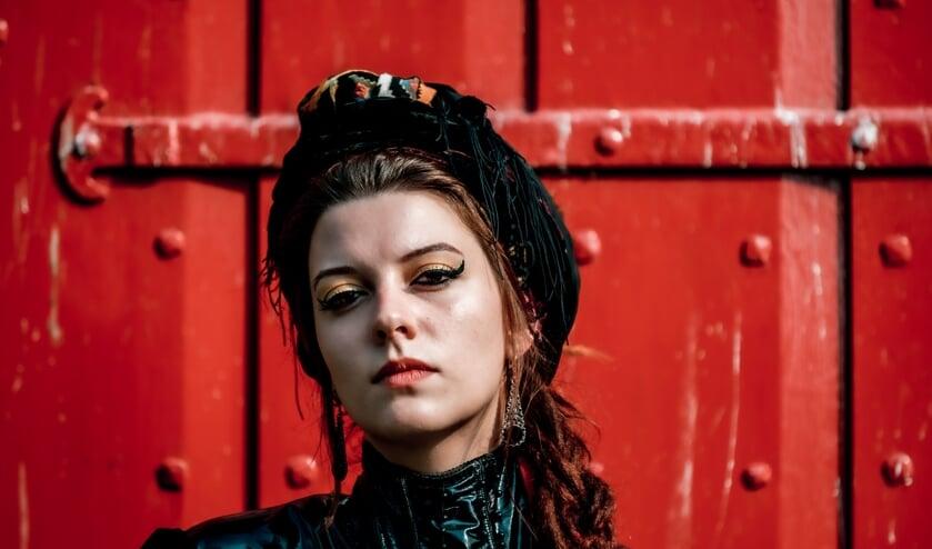 Camilla Blue (Joyce Deijnen) groeide op in een pleeggezin. (Foto: Willem Wouterse)
