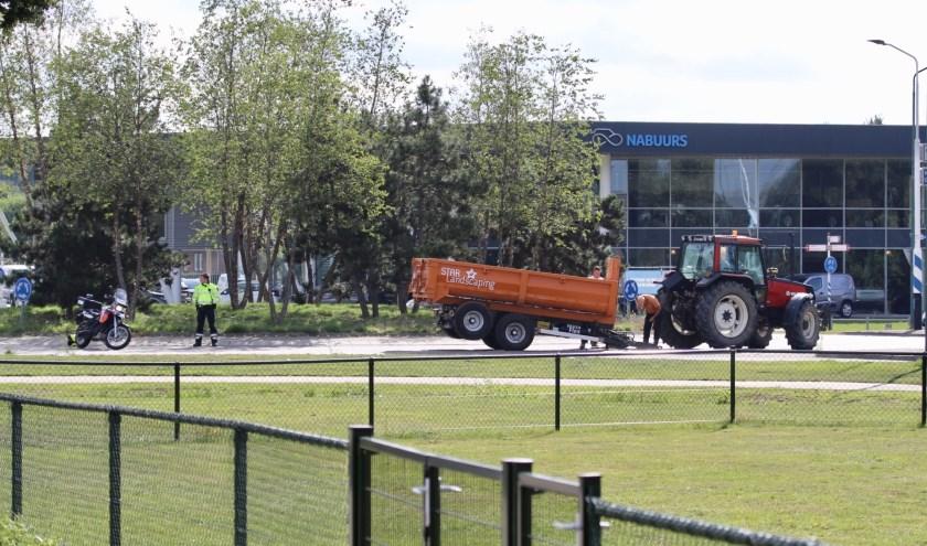 Tractor tot stilstand op rotonde.