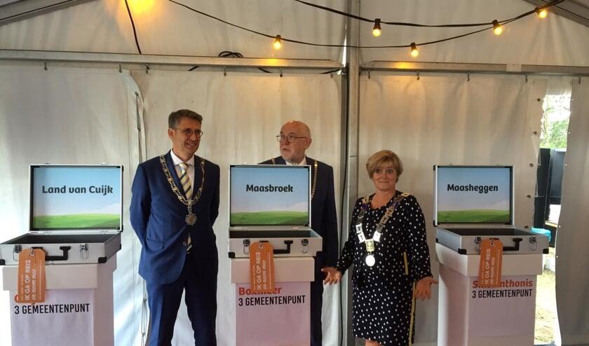 De burgemeesters Wim Hillenaar (Cuijk), Marleen Sijbers (Sint Anthonis) en Karel van Soest (Boxmeer) onthulden de drie mogelijke namen voor de nieuwe gemeente bekend.