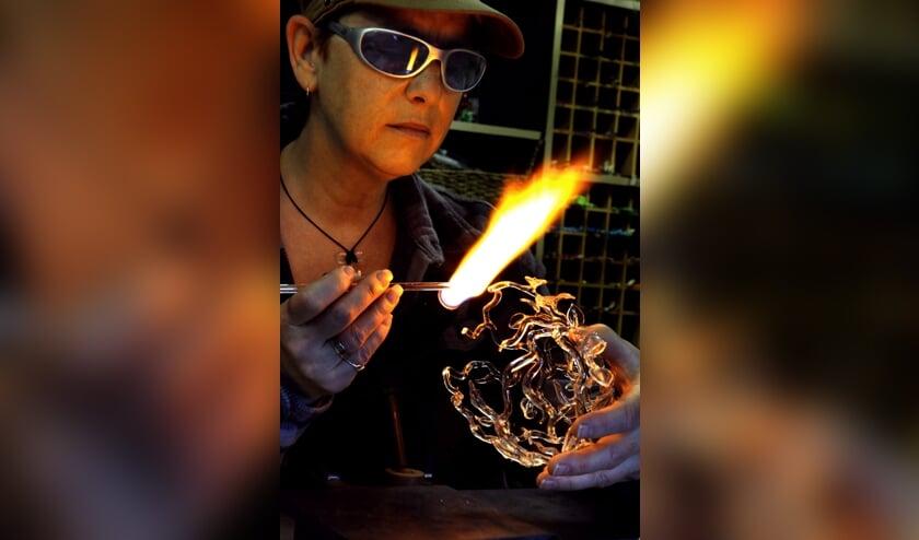 Jacky Geurts is een vermaard glaskunstenares. Als hoofdtechniek gebruikt ze flamework. Op donderdag is ze te gast bij Cultureel Café Sint Anthonis.