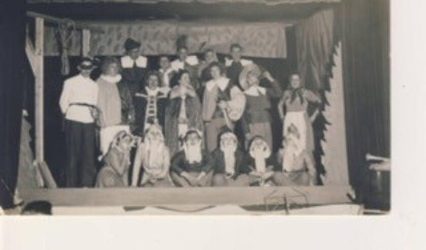 De leden van de hockeyclub als toneelspelers. Betty van Zwanenbergh staat geheel rechts.