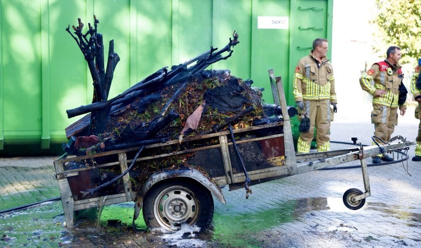 Aanhanger met tuinafval vat vlam in Heijen.