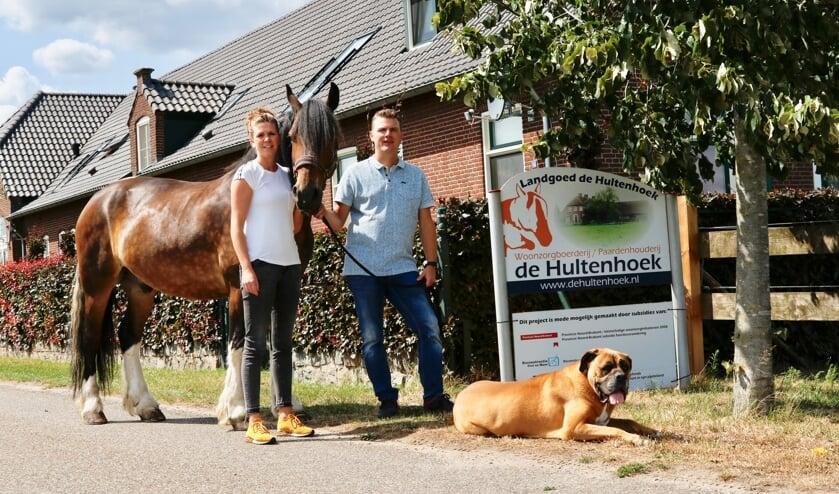 Nick Janssen en Anke Janssen-Theunissen samen met hun paard Hummer en hond Guus  zijn de eigenaren van Woonzorgboerderij annex Paardenhouderij de Hultenhoek te Groeningen, die inmiddels al 10 jaar bestaat. (foto: John Hoffman)