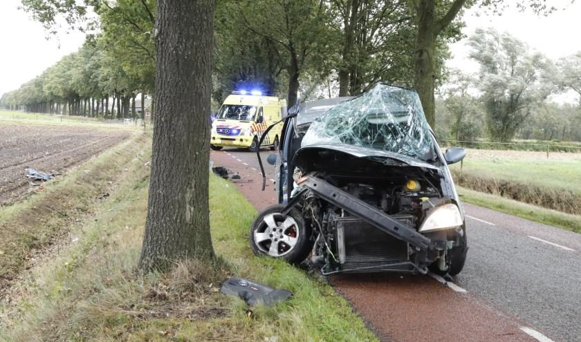Automobilist botst op boom in Wanroij.