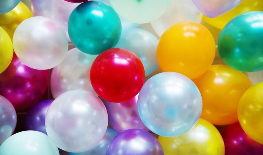 Lachgas wordt ingeademd via een ballon.