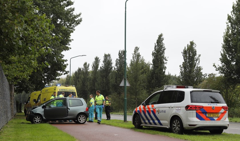 Auto botst op muur op Van Galenweg in Cuijk.