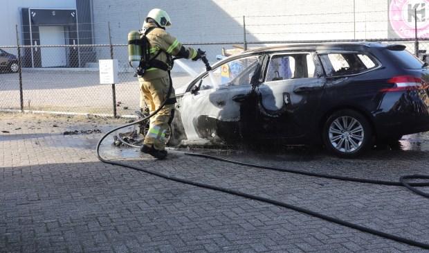Autobrand aan de Galliërsweg in Oss. (Foto: Charles Mallo, Foto Mallo)  © Kliknieuws Oss