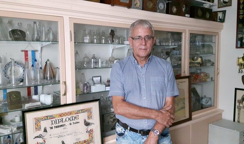 De 68-jarige Chris uit Zeeland exposeert zijn verzameling postduivenhouderij.
