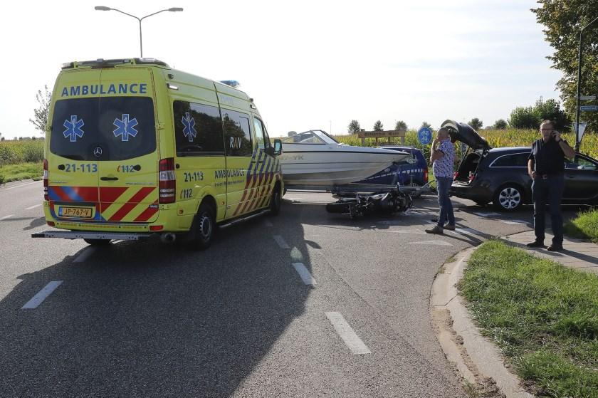 Motorrijder gewond na botsing met boottrailer in Oijen. (Foto: Charles Mallo, Foto Mallo)