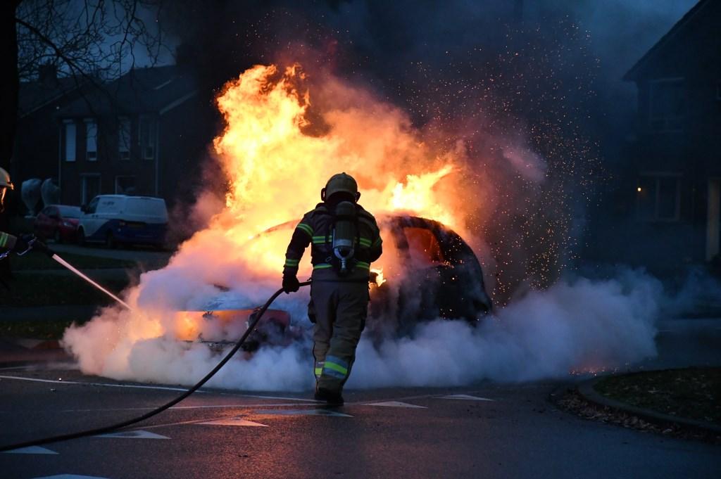 Autobrand op de Hertogensingel in Oss. (Foto: Thomas)  © 112 Brabantnieuws
