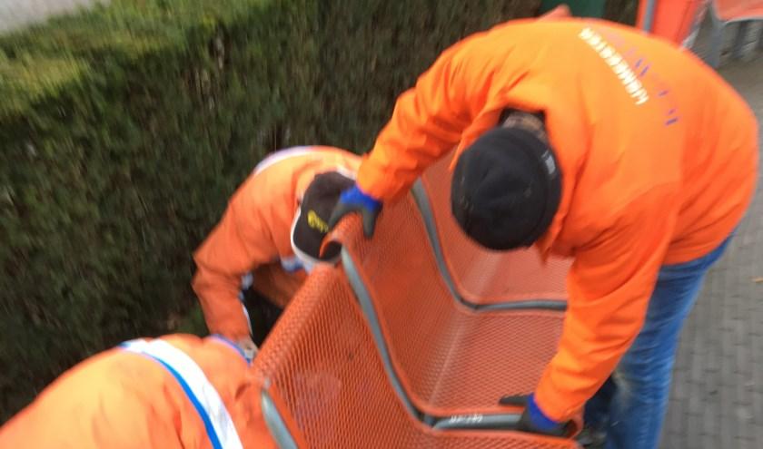 De stoelen op het Louis Jansenplein in Cuijk werden afgelopen vrijdag weer gemonteerd door de vrijwilligers van Cuijk on Ice.