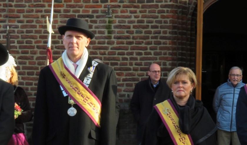 Marcel Fränzel is de nieuwe beschermheer van het St. Antoniusgilde. Hij volgt Marleen Sijbers (rechts) op, die zondag afscheid nam van het gilde.