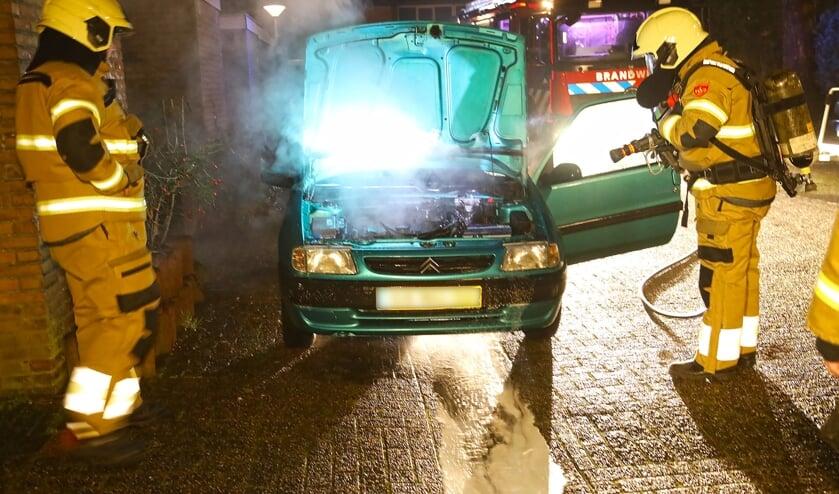Autobrand in Tollensstraat, geen sprake van brandstichting. Foto Gabor Heeres Foto Mallo