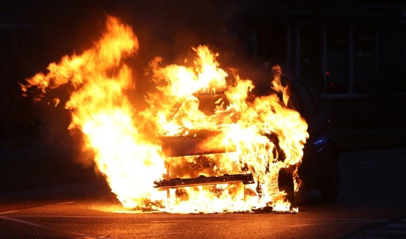 Autobrand op de Hertogensingel in Oss. (Foto: Gabor Heeres, Foto Mallo)