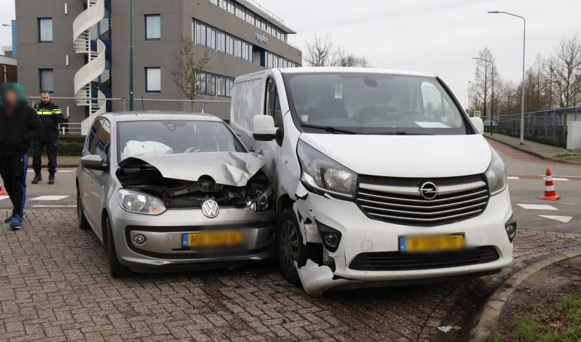 Auto en bestelbus op elkaar in Boxmeer, bestuurders met de schrik vrij.