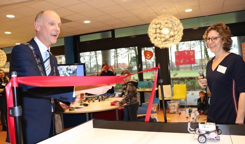 Burgemeester Fränzel opent LeanderLab met vakleerkracht Annemarie. (foto: Alice van Bergen)