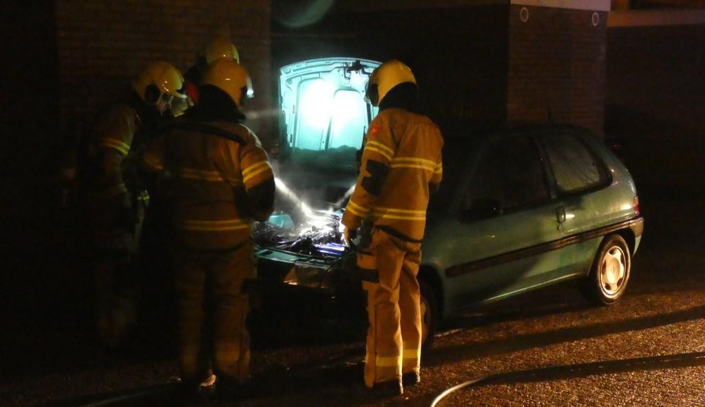 Autobrand in Tollensstraat. (Foto: Thomas)  © Kliknieuws Oss