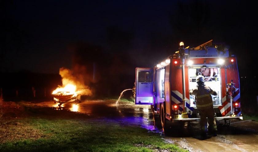 Speedboot op aanhanger brandt uit in Linden: politie zoekt eigenaar en getuigen.