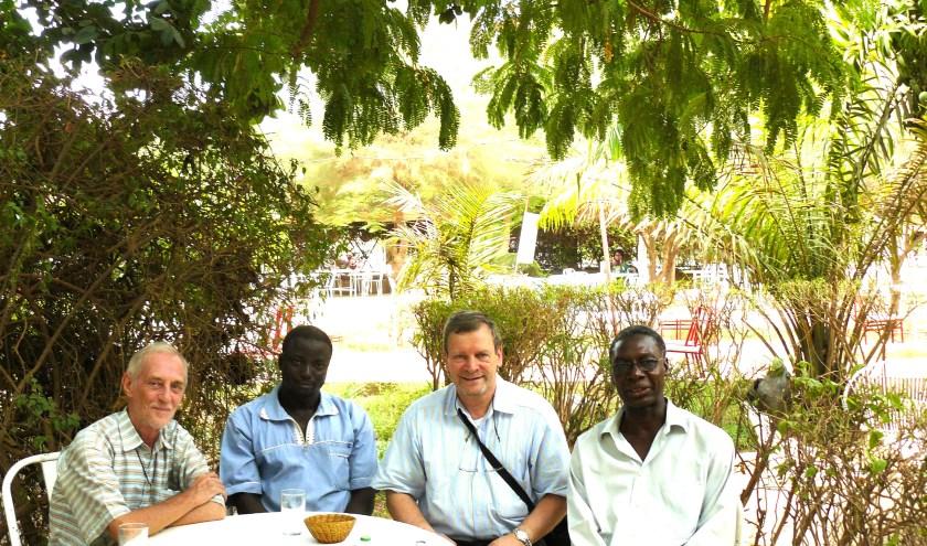 Paul Gevers op werkbezoek in Burkina Faso. Links Franciscaan en ontwikkelingswerker Jan Beekman die al zijn hele leven in de regio actief is.