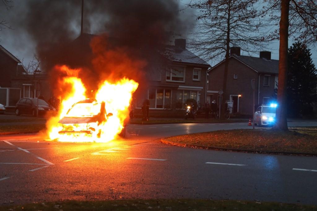 Autobrand op de Hertogensingel in Oss. (Foto: Gabor Heeres, Foto Mallo)  © 112 Brabantnieuws