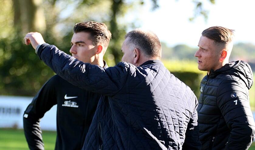 <p>FC Schadewijk-trainer Gaby Kuijpers instrueert wissels Jordy Hoeks en Dani Eveleens. (Foto: Peter Kuijpers)</p>