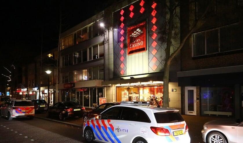 Politie voor het pand van Jack's Casino Oss. Foto: Charles Mallo/Foto Mallo