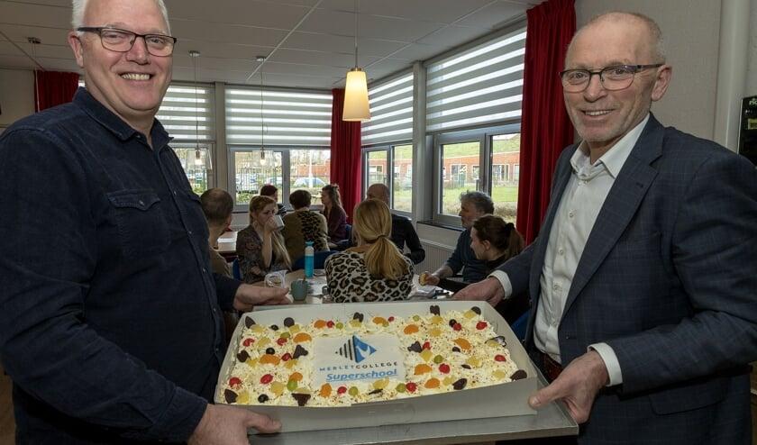 Wethouder Erik van Daal overhandigde Merletcollege Mill-directeur Menno van Halem (links) een taart voor het behalen van de status 'superschool'. (foto: SK-Media)