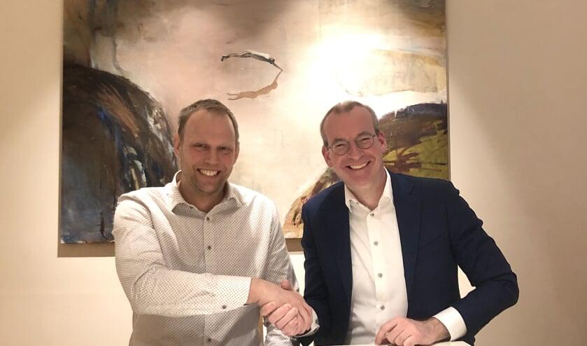 Rico Daandels en Sverker Larsson ondertekenen de overeenkomst.