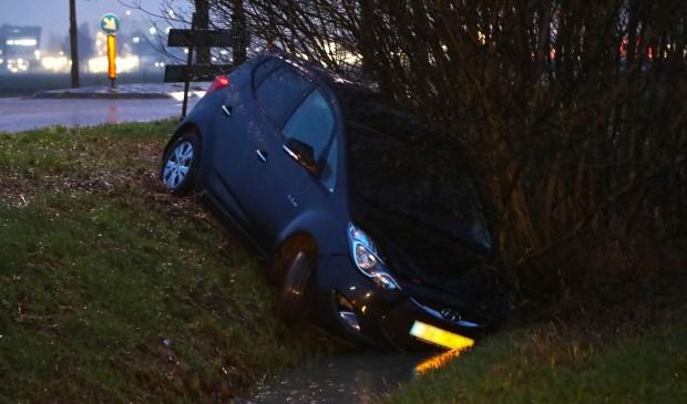 Lege auto aangetroffen in de sloot langs Berghemse Broekstraat. (Foto: Gabor Heeres, Foto Mallo)  © Kliknieuws Oss