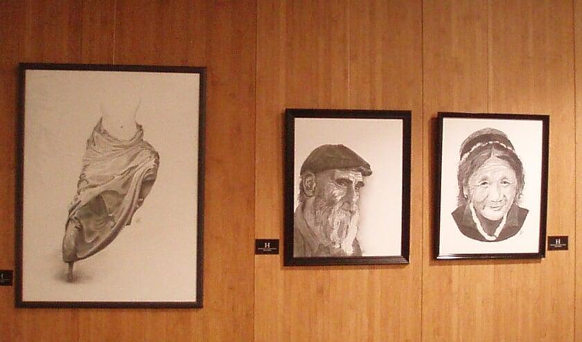 Houtskooltekeningen van Jozine Pepers te zien tijdens de tentoonstelling in Simeonshof.