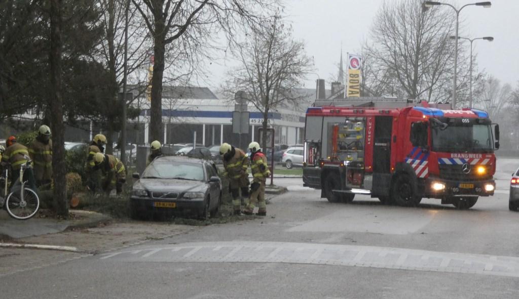 Boom waait op auto in Beethovengaarde. (Foto: Thomas)  © 112 Brabantnieuws