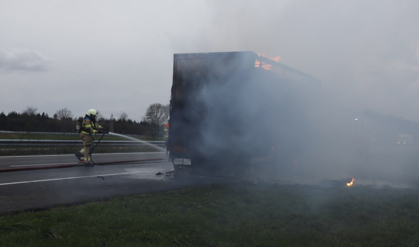 Aanhanger met stro vat vlam op de A73 bij Boxmeer.