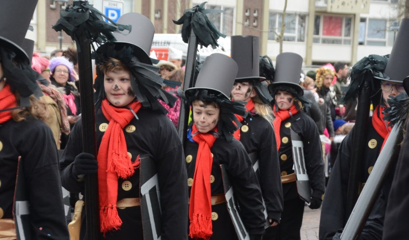 Met groot enthousiasme trok de jeugd van Kuussegat door de straten.