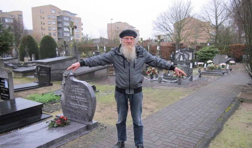 Met zijn rechterhand wijst Broer van Gestel naar het graf van Jan Cunen (stadsarchivaris) en met zijn linker naar het graf van Leo van den Bergh (fotograaf).