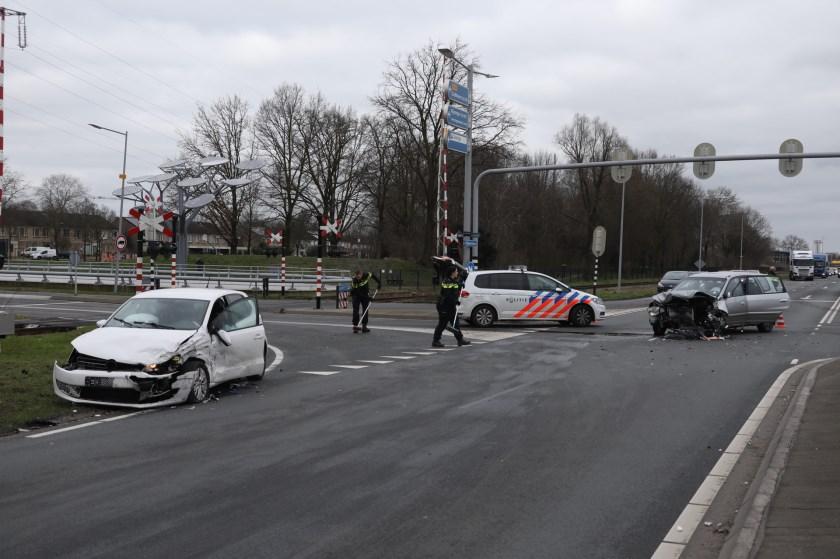 Gewonden bij flinke botsing op kruising Megensebaan/Berghemseweg. (Foto: Gabor Heeres, Foto Mallo)