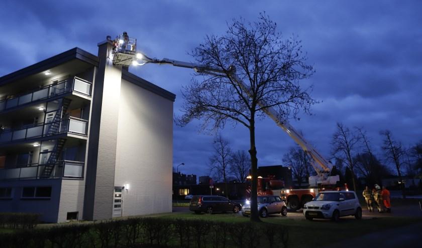Schoorsteen op flat in Cuijk wankelt door stormwind.